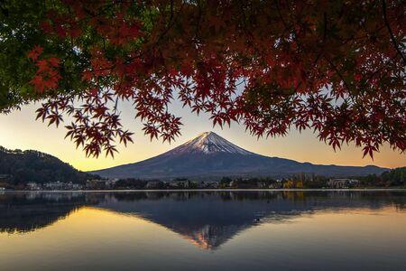 Fuji Mountain Reflection with Red Maple Leaves in Autumn at Kawaguchiko Lake, Japan Foto de archivo