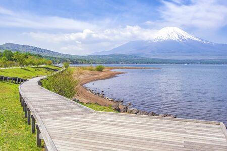 Fuji Mountain and Wooden Bridge near Yamanaka Lake Foto de archivo