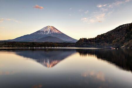 Fuji Mountain Reflection at Sunset, Lake Shoji, Japan Foto de archivo