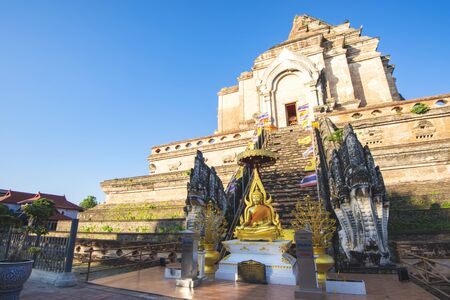 Wreckage Grand Stupa of Wat Chedi Luang Temple with Blue Sky, One of Most Famous Temple of Chiangmai, Thailand Foto de archivo