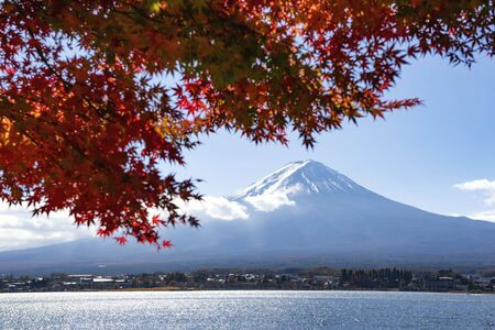 Fuji Mountain and Red Maple Leaves with Morning Mist in Autumn, Kawaguchiko Lake, Japan Foto de archivo