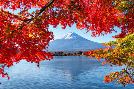 Fuji Mountain Reflection with Morning Mist and Red Maple Leaves in Autumn at Kawaguchiko Lake, Japan Foto de archivo - 152867632