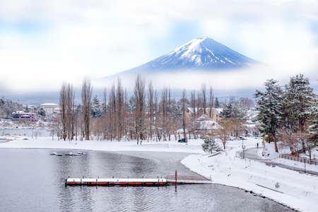 Fuji Mountain and Morning Mist in Winter at Kawaguchiko Lake, Japan Foto de archivo - 152482827