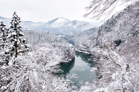 Tadami Line Train on the First Bridge in Winter, Mishima, Fukushima, Japan Foto de archivo - 153272099