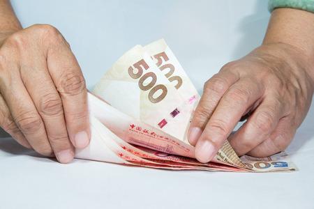 contando dinero: Manos contando dinero