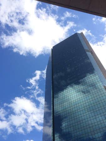 edificio cristal: Edificio de cristal y cielo azul