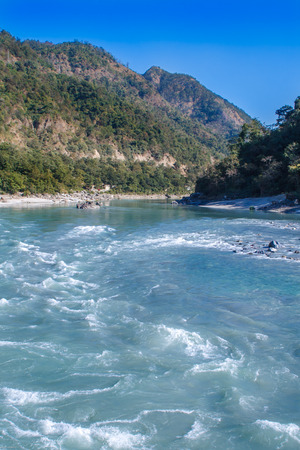 hinduismo: View of River Ganga and amazing blue sky at beautiful colorful day with a colorful jungles on a background houses. Rishikesh. India.