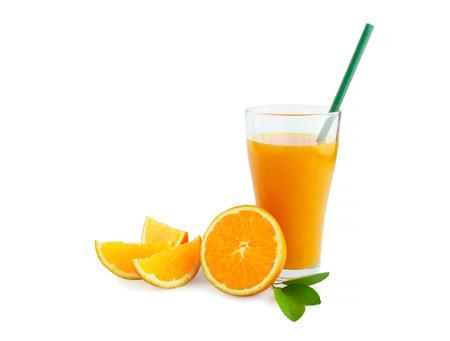 geïsoleerdj jus d'orange op witte achtergrond met het knippen van weg
