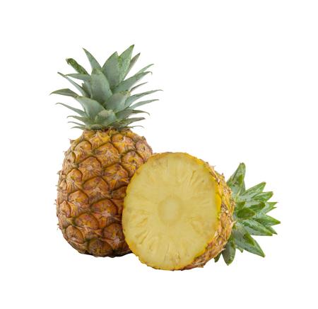 パイナップルとパイナップルのスライスは、白い背景に隔離