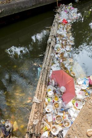 contaminacion del agua: 14 de Mar. 2016, Bangkok, Tailandia, los problemas ambientales, Antihigiénico basura  residuos volcados de la obstrucción de los canales y ríos en Bangkok, Tailandia, La causa inundaciones en Bangkok
