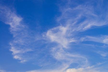 Blauer Himmel mit Abschluss herauf weißen flaumigen kleinen Wolken Hintergrund und Muster Standard-Bild