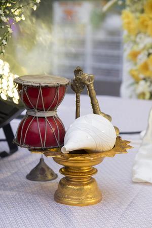 schelp (Shankha) en trommel voor hindoe-aanbidding, decoreren set gebruikt voor bid tot hindoe-god in de traditionele hindoe-cultuur, india