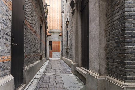 Vicolo stretto con antichi muri di mattoni, Xintiandi e Shanghai Shikumen stile edificio nell'area della concessione francese di Shanghai, Cina Archivio Fotografico - 98762020