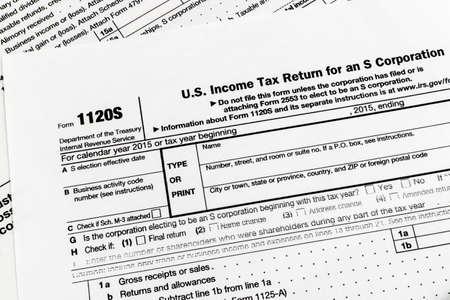 Bliska strzał z USA Internal Revenue Service (IRS) formularza zeznania podatkowego. Zdjęcie Seryjne