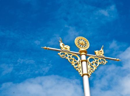 dhamma: L'immagine della ruota del Dhamma sul cielo blu. Archivio Fotografico