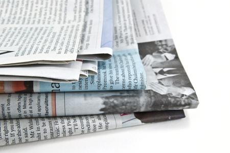 Közelkép egy halom újságot.