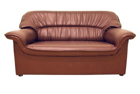 brown leather sofa: Un divano moderno in pelle marrone isolato su bianco