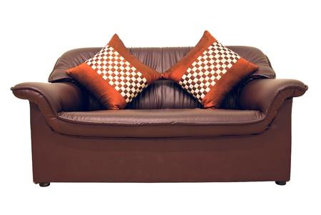 brown leather sofa: Un divano in pelle marrone con cuscini isolato su bianco
