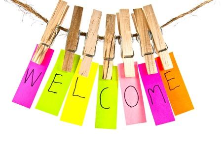 bienvenidos: Ropa alfiler de madera y la serie de palabras de colores en la cuerda