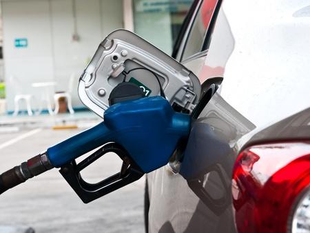 Egy autó a benzinkútnál, hogy tele van az üzemanyag Stock fotó