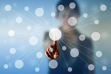 dotykový displej: Obchodní žena stisknutí virtuálních tlačítek