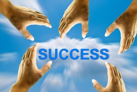 reaching hands: Vele handen vangen succes woord op de blauwe hemel, het beeld idee voor het vinden van succesvolle concept