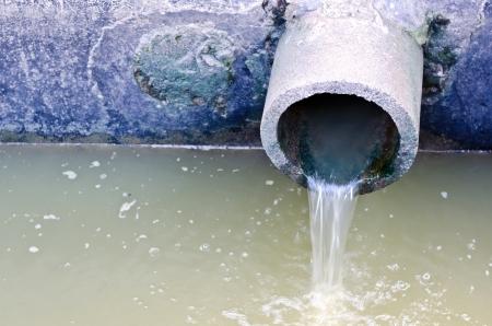 Afval pijp of drainage vervuilende omgeving