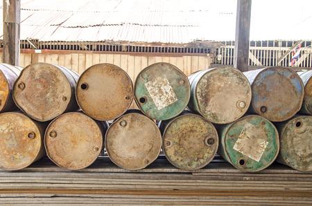 tanque de combustible: Pila de combustible del tanque viejo y oxidado