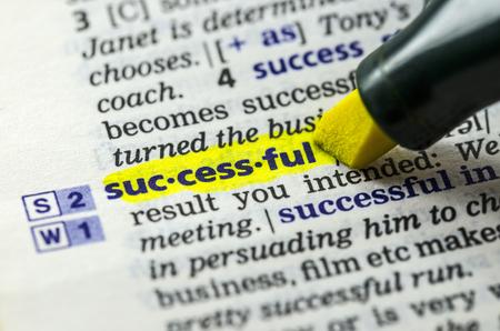 Het woord succesvol gemarkeerd in woordenboek met Markeerstift