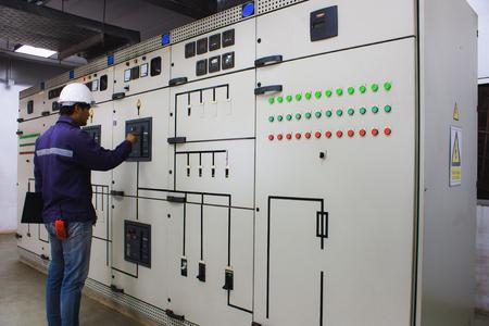 Inżynier sprawdzający i monitorujący instalację elektryczną w sterowni