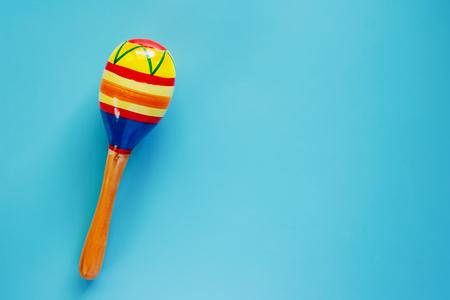 Maracas su sfondo blu per strumento musicale giocattolo per bambini, hobby, apprendimento e concetto di educazione