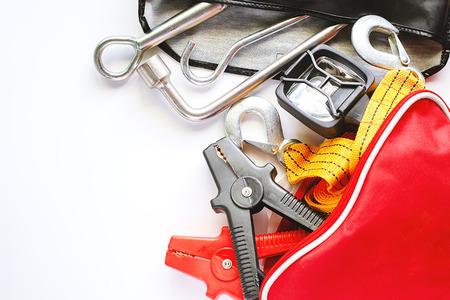 Kit di emergenza auto su sfondo bianco per il concetto di veicolo e trasporto