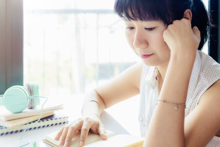 Asian woman thinking about work Imagens