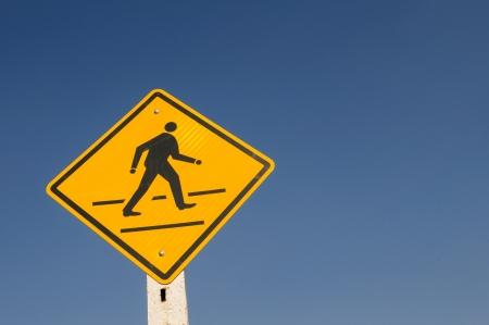 signos de precaucion: Se�ales de advertencia con el cielo azul
