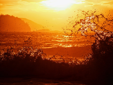granola: Gran ola durante el amanecer en la playa de Copacabana, Brasil Foto de archivo
