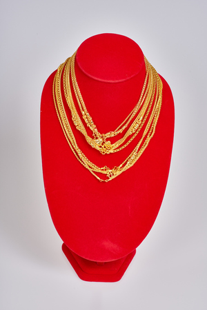 Bijoux en or sur fond blanc