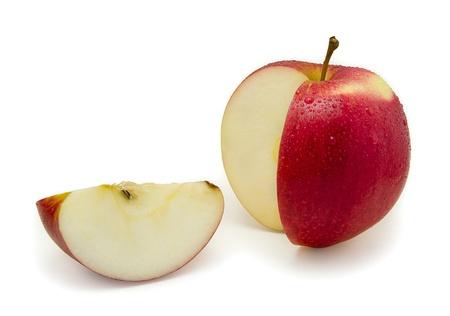 manzana: Manzana roja en rodajas. Aislado sobre fondo blanco