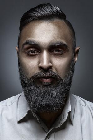 hombre con barba: Estilo de alta costura retrato de hombre con barba y impresionante corte de pelo, estilo escudero