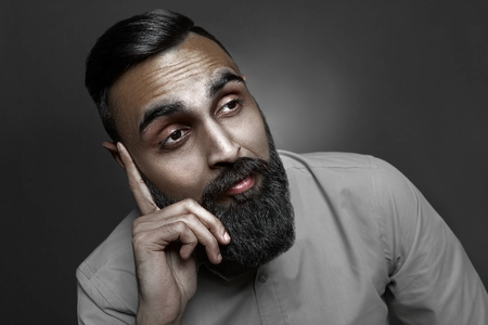 hombre con barba: Estilo de alta costura retrato de hombre con barba triste con incre�ble corte de pelo, estilo escudero