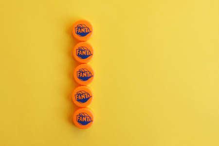 KHARKOV, UKRAINE - NOVEMBER 24, 2019: Many orange caps with fanta logo on yellow background Redactioneel