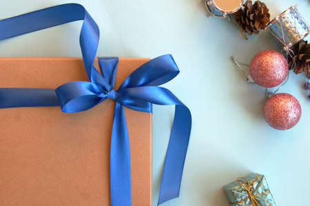 Christmas gift craft box on a blue background with decoration. Happy new year background Stockfoto