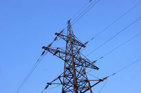 Electricity pylon, electrical transmission tower, against blue sky background. Energy power tower in Ukraine. Stockfoto