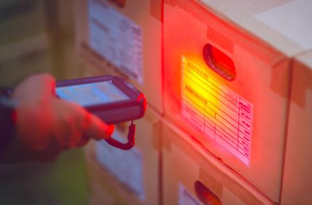 Handheld scannen van streepjescode naar voorraad in een magazijn.