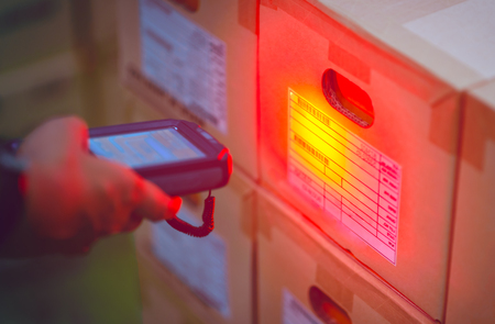 Handscan-Barcode zum Inventar in einem Lager.