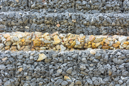 muro de gaviones de piedras en la malla de acero que se utiliza como una