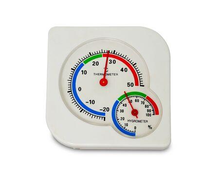 Cerrar higrómetro y termómetro analógico de plástico blanco aislado sobre fondo blanco. Foto de archivo