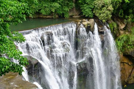 Hermoso paisaje de la cascada de Shifen desde arriba, la cascada de Shifen es una fuente del río Keelung, distrito de Pingxi, nueva ciudad de Taipei, Taiwán Foto de archivo