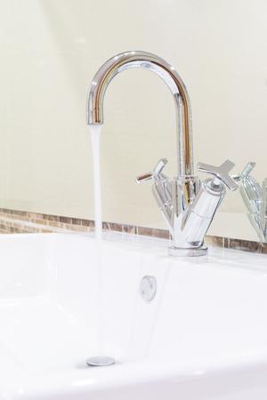 Blanc lavabo évier et conception d'argent de la courbe robinet dans salle de bains design moderne Banque d'images - 31827810