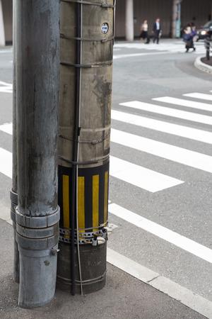 senda peatonal: Poste de la electricidad en Jap�n junto a un cruce de peatones mirada ordenada