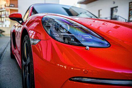 leuchtend rotes Auto Nahaufnahme Scheinwerfer.